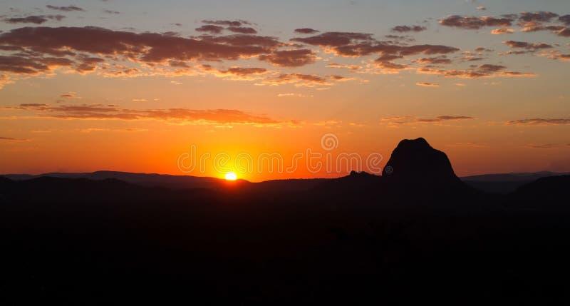 Paesaggio arancio della montagna di tramonto fotografia stock libera da diritti