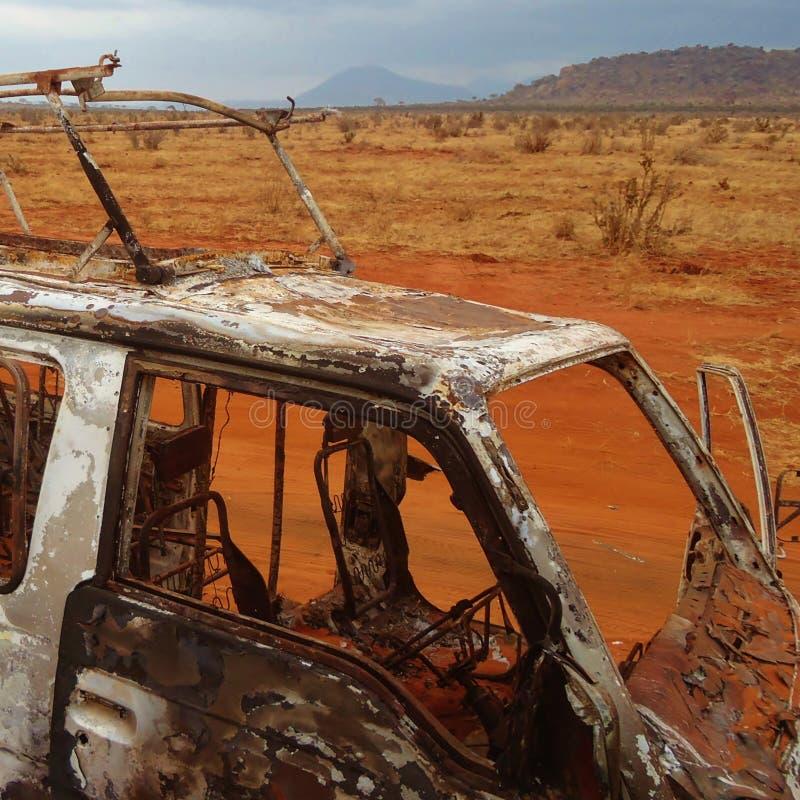 Paesaggio arido asciutto di area con un furgone fuori bruciato fotografie stock libere da diritti