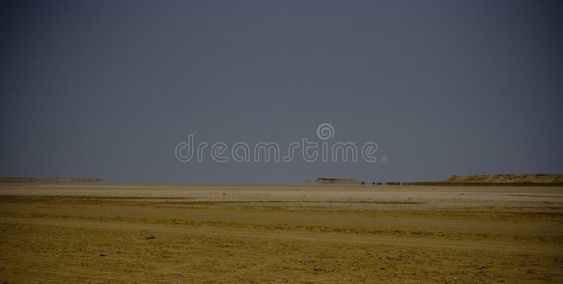 Paesaggio arido con il miraggio fotografia stock