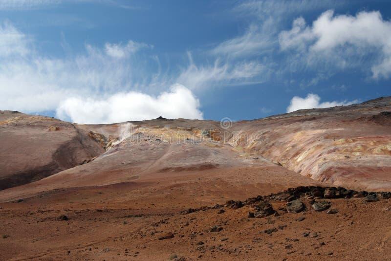 Paesaggio asciutto sterile rosso variopinto sotto cielo blu, Kerlingarfjoll in Islanda fotografia stock libera da diritti