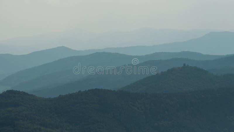 Paesaggio astratto con le siluette di Misty Mountains fotografie stock libere da diritti