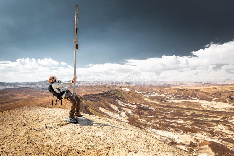 Paesaggio ballante della montagna del deserto del palo turistico di viaggiatore con zaino e sacco a pelo fotografia stock