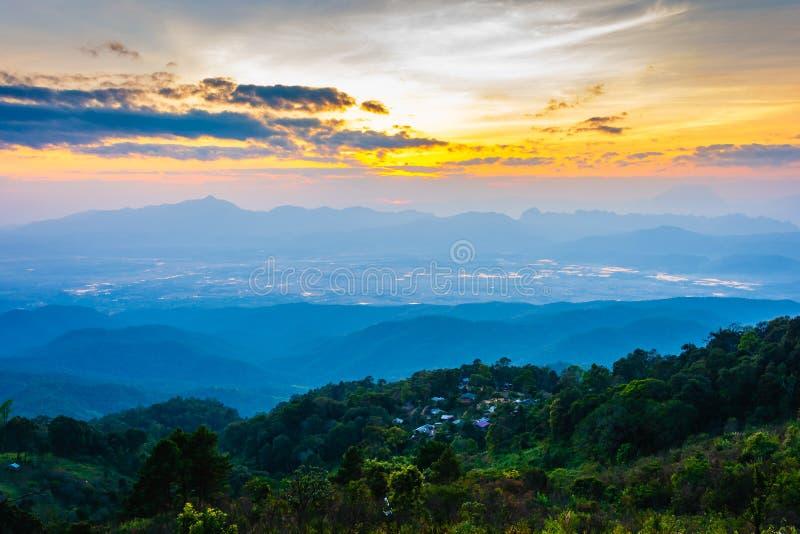 Paesaggio bello di paesaggio della foresta pluviale sulla cresta della montagna con foschia al tramonto nella sera fotografia stock libera da diritti