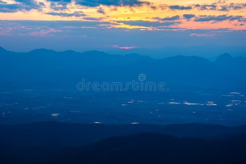 Paesaggio bello di paesaggio della foresta pluviale sulla cresta della montagna con foschia al tramonto nella sera fotografie stock libere da diritti