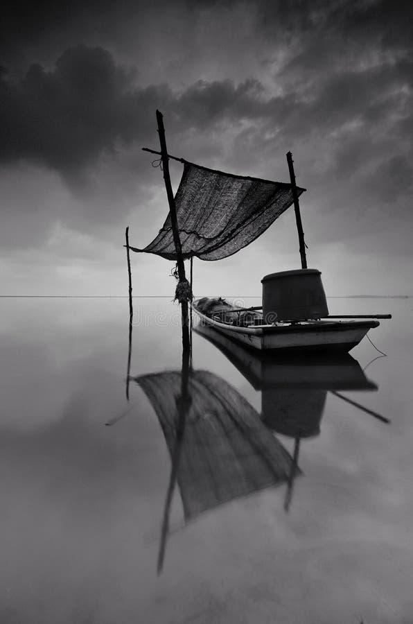 Paesaggio in bianco e nero di stupore di arti del peschereccio tradizionale a Tumpat Malesia  immagine stock libera da diritti