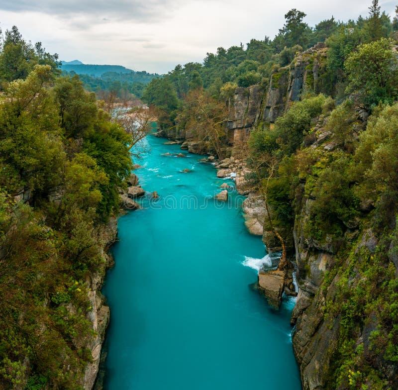 Paesaggio blu del fiume dal canyon di Koprulu in Manavgat, Adalia, Turchia fotografie stock