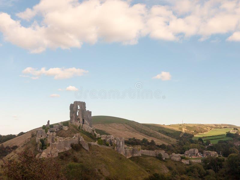 paesaggio blu della natura delle nuvole dell'orizzonte di festa di Dorset del castello del corfe fotografia stock