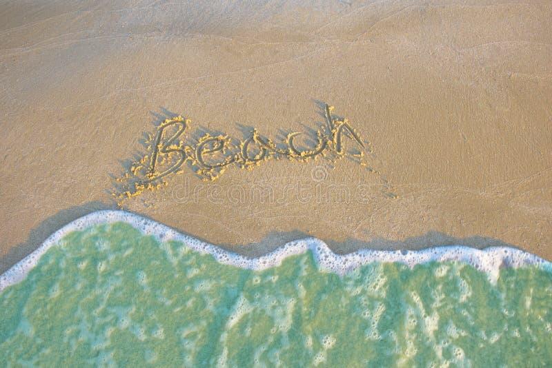Paesaggio blu di rilassamento di luce del giorno del sole della sabbia della spiaggia del mare fotografia stock libera da diritti