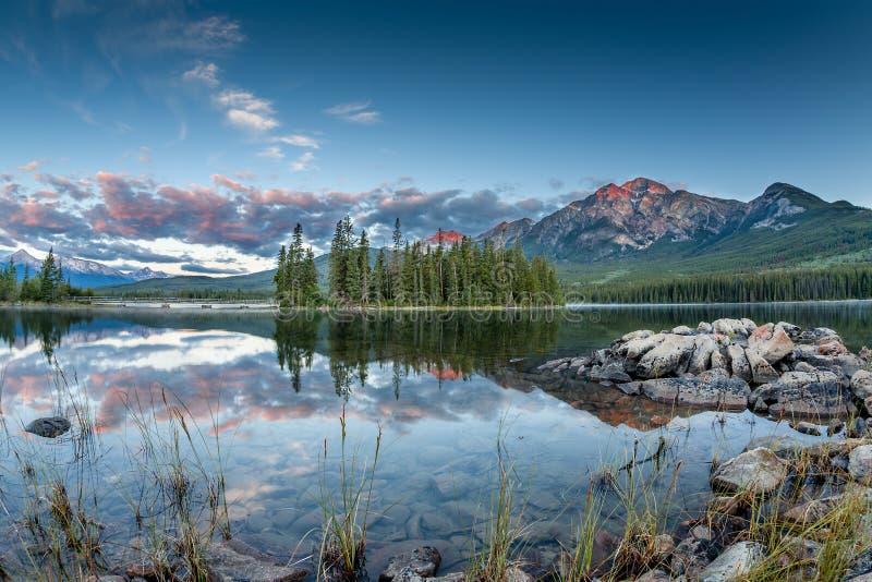 Paesaggio canadese: Alba nel lago pyramid in Jasper National P fotografia stock libera da diritti