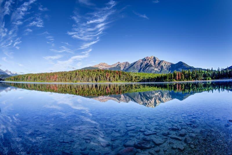 Paesaggio canadese: Patricia Lake a Jasper National Park fotografia stock libera da diritti