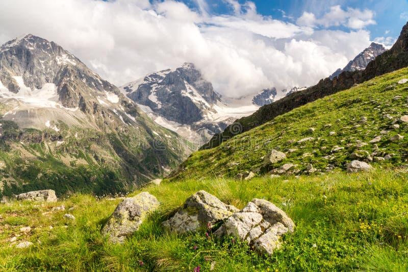 Paesaggio caucasico delle montagne fotografia stock