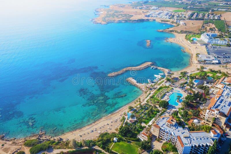 paesaggio cipriota Vista aerea panoramica con baia sulla spiaggia di Sandy e l'hotel sulla costa, foto di drone Mediterraneo fotografia stock libera da diritti