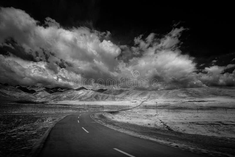 Paesaggio classico con una strada immagini stock