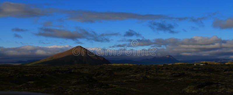 Paesaggio collinoso vicino a Myvatn, Islanda fotografie stock libere da diritti