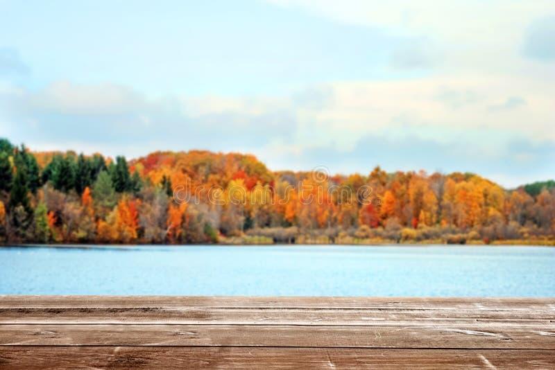 Paesaggio colorato caduta di trascuratezza e lago della piattaforma di legno immagine stock