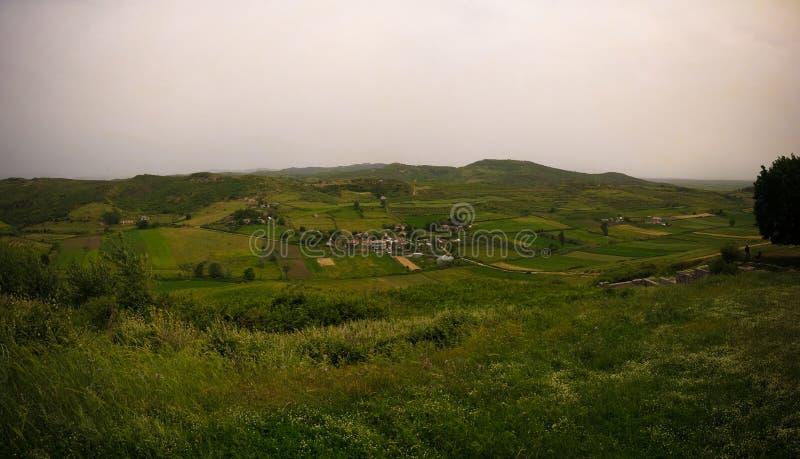 Paesaggio con i bunker militari in mezzo all'campi rurali, Apollonia, Fier, Albania immagine stock libera da diritti