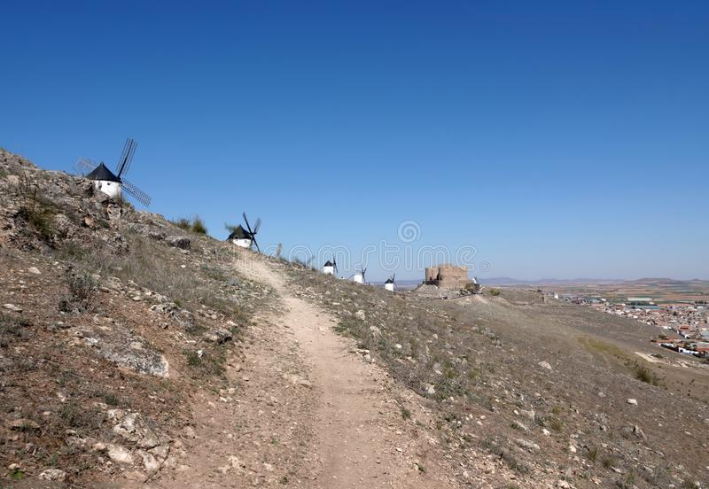 Paesaggio con i mulini a vento bianchi sulla collina a Consuegra, Spagna immagini stock libere da diritti