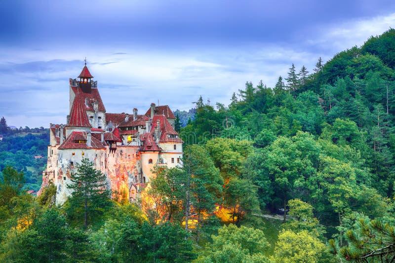 Paesaggio con il castello medievale della crusca conosciuto per il mito di Dracula al tramonto fotografia stock libera da diritti