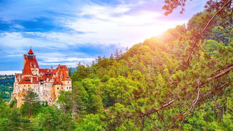 Paesaggio con il castello medievale della crusca conosciuto per il mito di Dracula al tramonto immagini stock libere da diritti