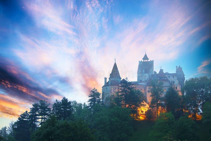 Paesaggio con il castello medievale della crusca conosciuto per il mito di Dracula al tramonto immagine stock