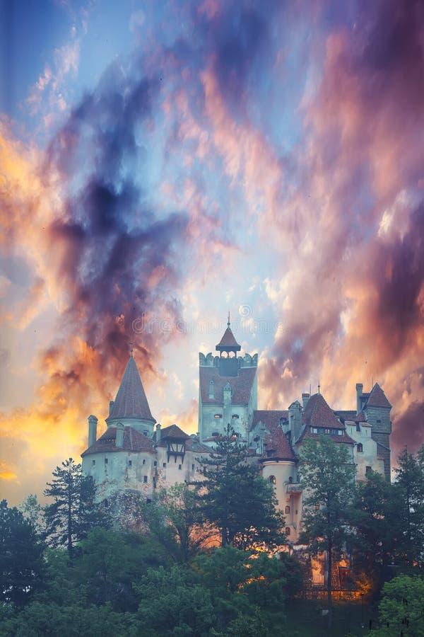 Paesaggio con il castello medievale della crusca conosciuto per il mito di Dracula al tramonto fotografie stock