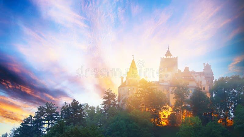 Paesaggio con il castello medievale della crusca conosciuto per il mito di Dracula al tramonto immagine stock libera da diritti