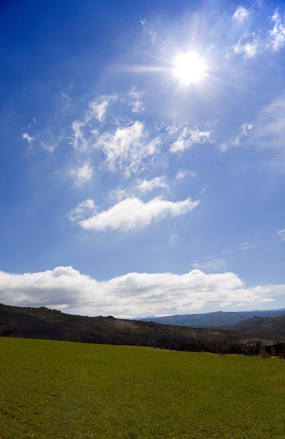 Paesaggio con il cielo ed il sole immagine stock libera da diritti