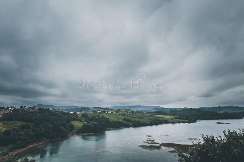 Paesaggio con il fiume il giorno nuvoloso fotografia stock