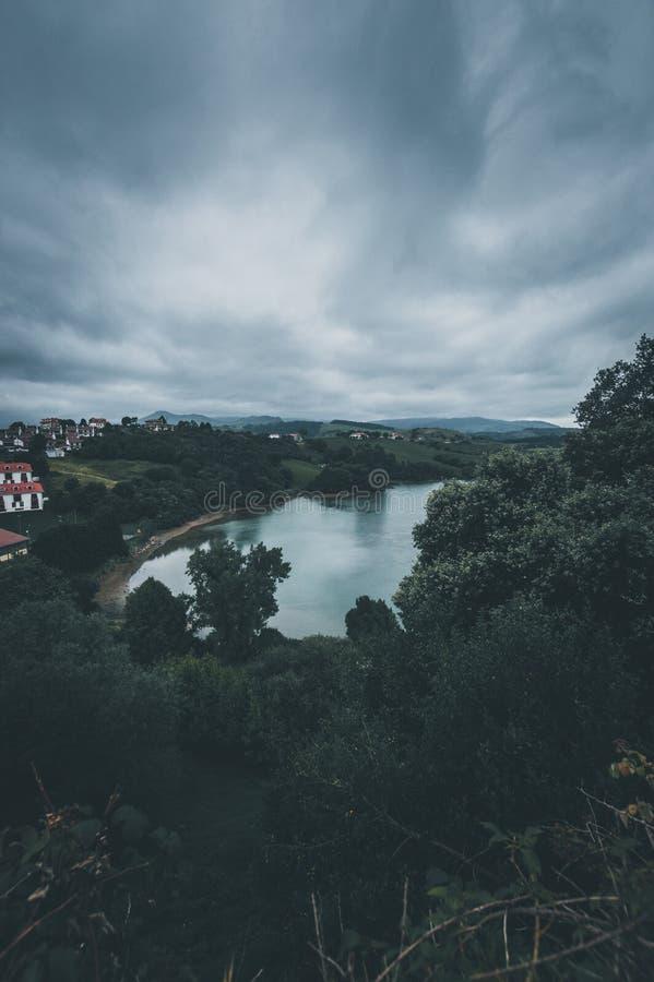 Paesaggio con il fiume il giorno nuvoloso Cielo del diavolo immagini stock libere da diritti