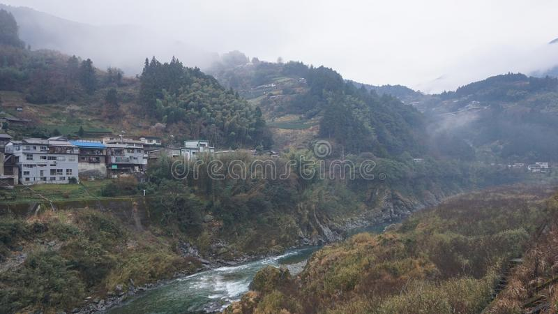 Paesaggio con il fiume nel Giappone immagini stock libere da diritti