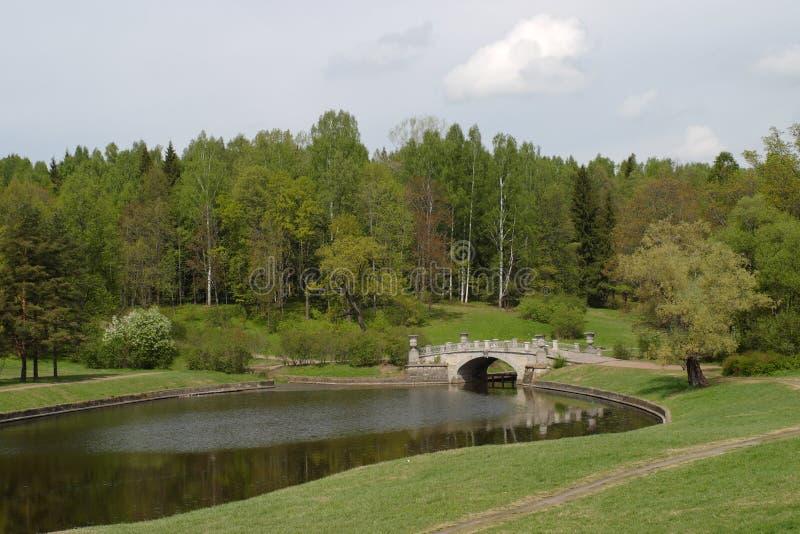 Paesaggio con il lago ed il ponte fotografia stock libera da diritti