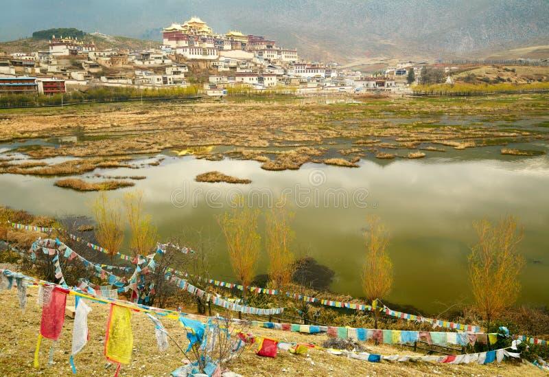 Paesaggio con il monastero ed il lago tibetani fotografie stock libere da diritti