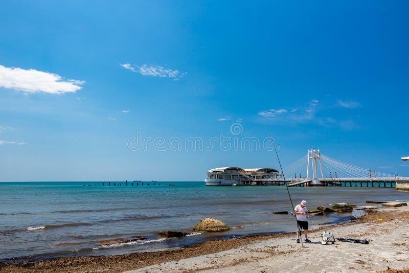 Paesaggio con il pescatore in Albania, giorno di molla fotografia stock