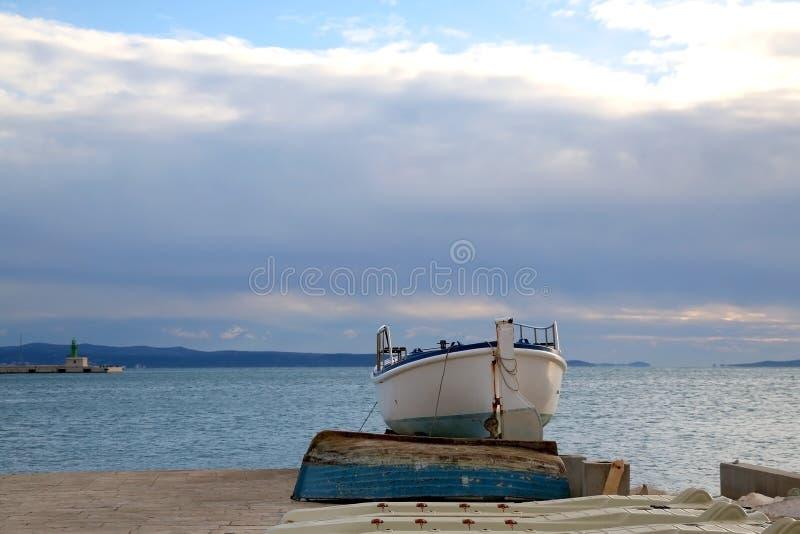 Paesaggio con la barca immagine stock