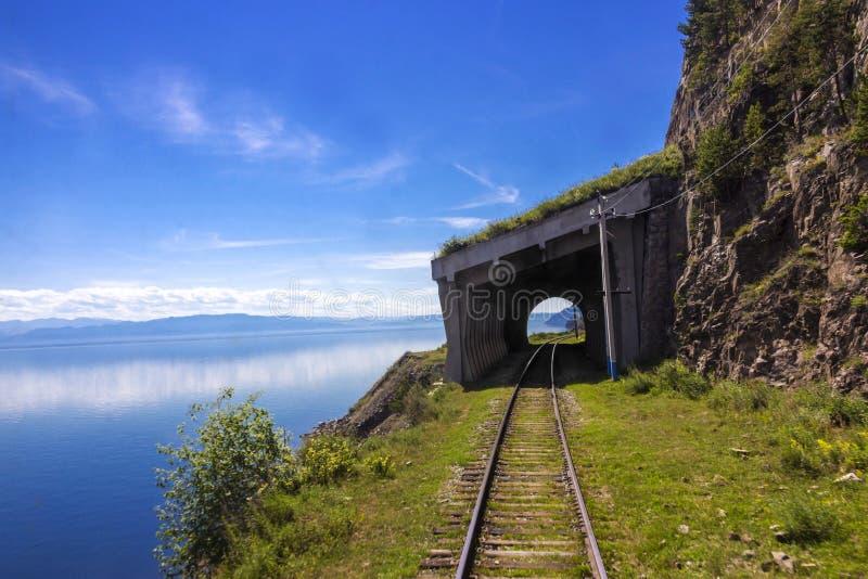 Paesaggio con la ferrovia di Circum-Baikal fotografia stock libera da diritti