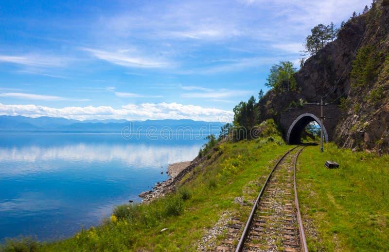 Paesaggio con la ferrovia di Circum-Baikal sulla riva il lago Baikal fotografia stock