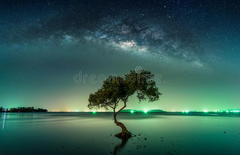 Paesaggio con la galassia della Via Lattea Cielo notturno con le stelle fotografie stock
