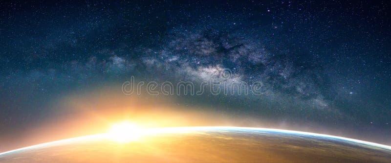 Paesaggio con la galassia della Via Lattea Vista della terra e di alba dalla stazione termale fotografia stock libera da diritti