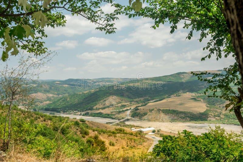 Paesaggio con la montagna e fiume con il confine o la struttura naturale delle foglie dell'albero Posto per copyspace fotografie stock