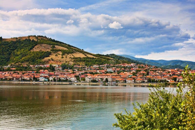 Paesaggio con la montagna, le case ed acqua fotografie stock libere da diritti