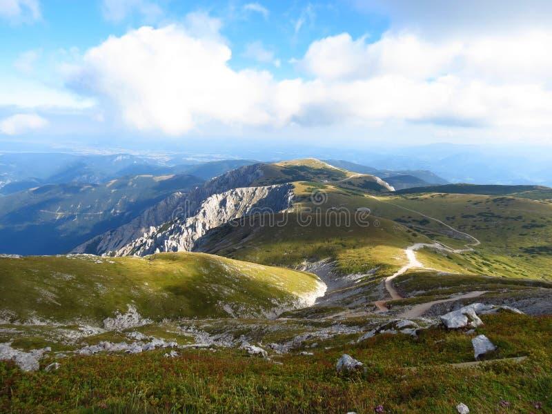 Paesaggio con la traccia di escursione a Fischerhutte su Schneeberg, il più alta montagna nel Niederösterreich fotografie stock libere da diritti