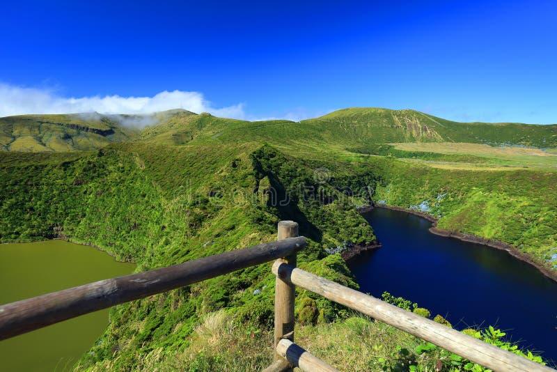Paesaggio con Lagoa Funda e Lagoa Comprida sull'isola del Flores fotografie stock
