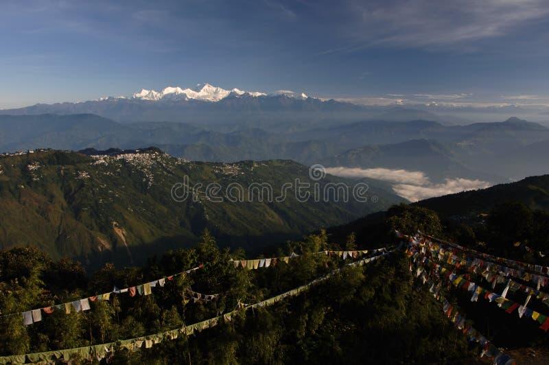 Paesaggio con le bandierine di preghiera che darjeeling l'Himalaya immagine stock libera da diritti
