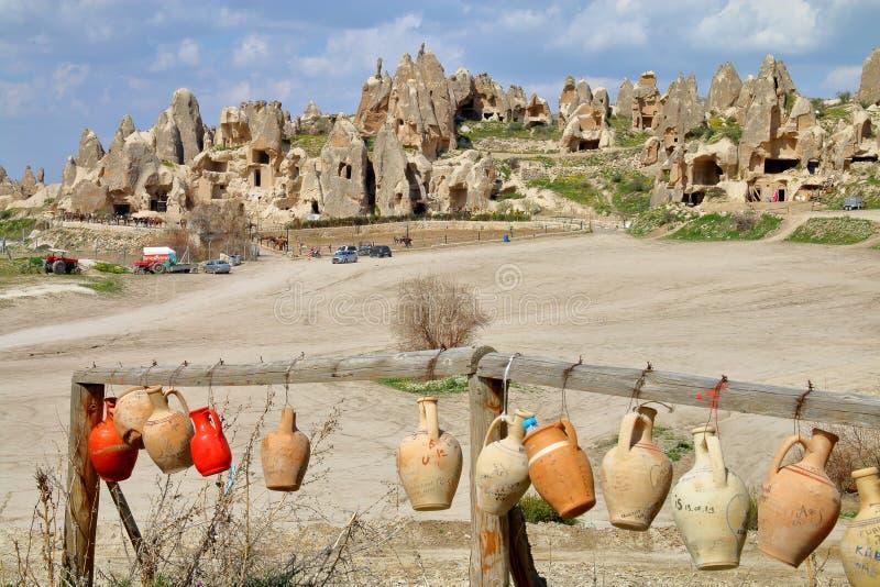 Paesaggio con le brocche sui precedenti di un'azienda agricola del cavallo in Cappadocia immagini stock libere da diritti