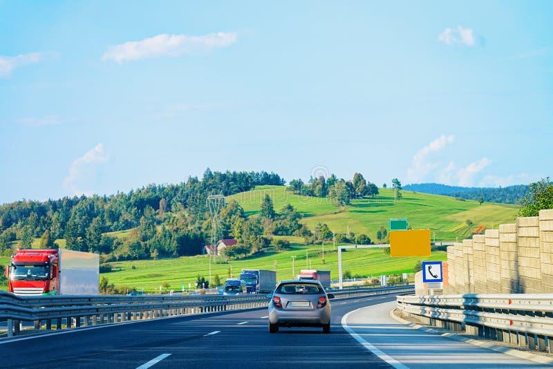 Paesaggio con le colline e l'automobile sulla strada, Maribor immagine stock libera da diritti