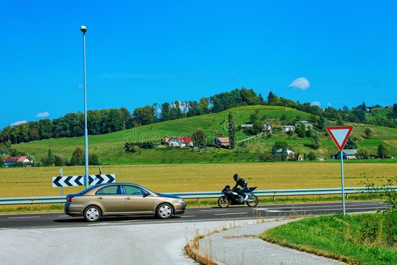 Paesaggio con le colline ed il motociclo dell'automobile sulla strada Maribor Slovenia fotografia stock