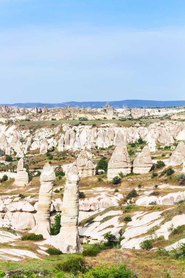 paesaggio con le rocce leggiadramente del camino in Cappadocia immagini stock