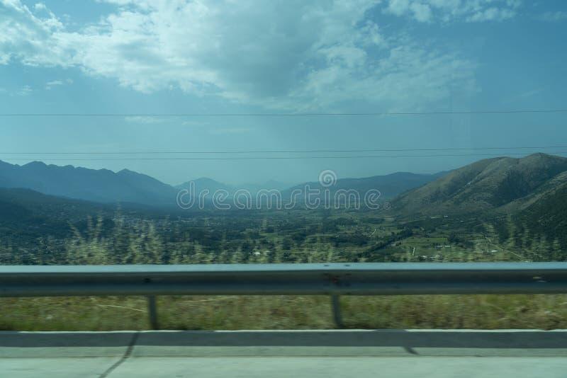 Paesaggio con montagne e guardrail fotografia stock libera da diritti