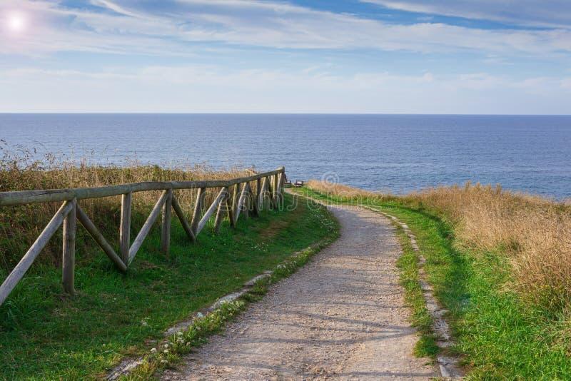 Paesaggio con percorso recintato per camminare sulla costa al tramonto immagini stock libere da diritti