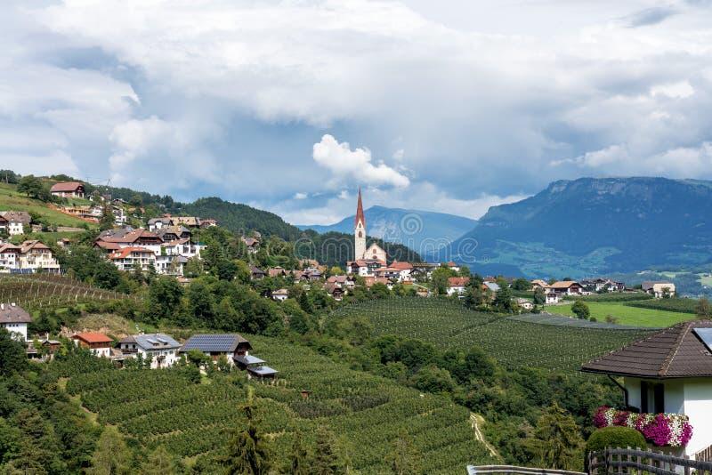 Paesaggio con un piccolo villaggio nel Tirolo del sud, regione di Renon-Renon, Italia immagine stock libera da diritti